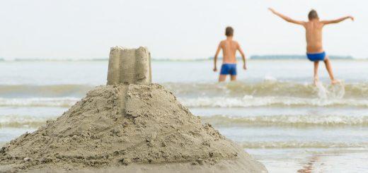 zamek z piasku i dzieci na plaży